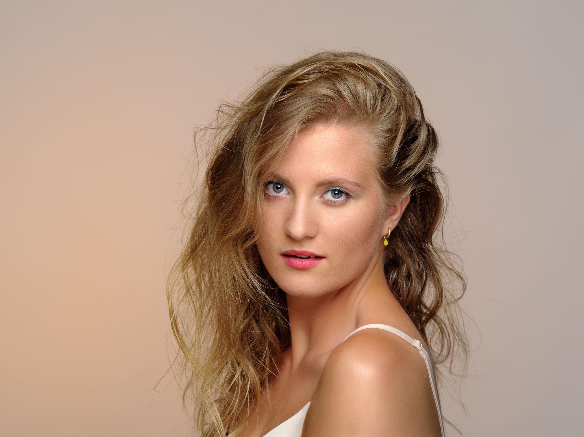 Dieses Bild zeigt ein Beauty Foto einer jungen Frau mit schönen blonden Haaren in sommerlichem look